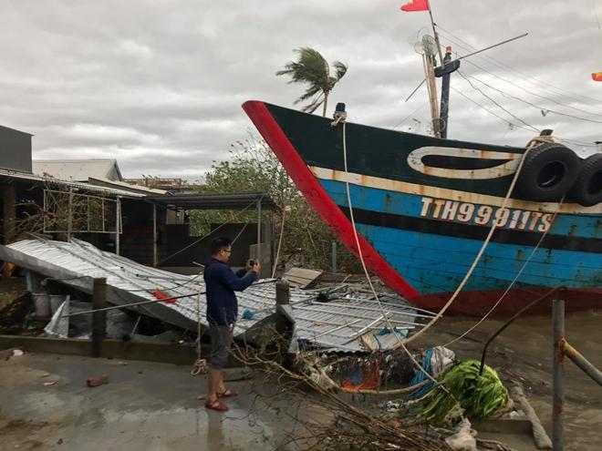 Lực lượng Công an giúp dân khắc phục hậu quả bão số 13 - Ảnh minh hoạ 4