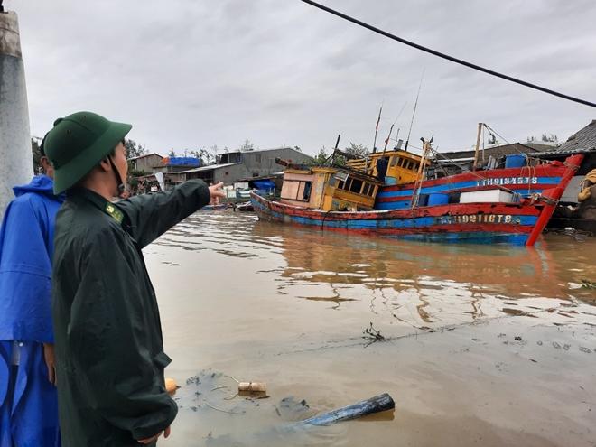 Bão số 13 khiến nhiều nhà dân ở Huế tốc mái, cây cối gãy đổ