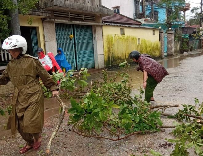 Lực lượng Công an giúp dân khắc phục hậu quả bão số 13 - Ảnh minh hoạ 2