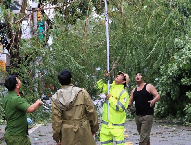 Lực lượng Công an giúp dân khắc phục hậu quả bão số 13