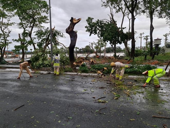 Lực lượng Công an giúp dân khắc phục hậu quả bão số 13 - Ảnh minh hoạ 9