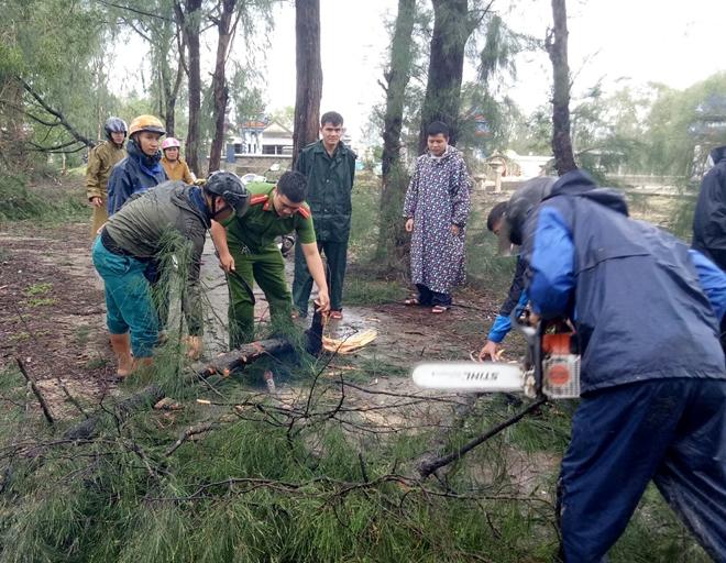 Lực lượng Công an giúp dân khắc phục hậu quả bão số 13 - Ảnh minh hoạ 7