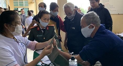 Ngày nghỉ đi giúp dân khám chữa bệnh, giải quyết thủ tục hành chính