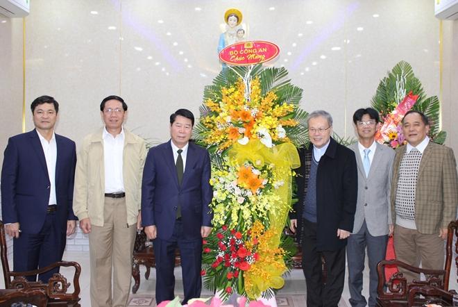Thứ trưởng Bùi Văn Nam thăm, chúc mừng giáng sinh Tòa Tổng Giám mục Huế