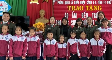 Công an tỉnh Thừa Thiên Huế tặng áo ấm cho học sinh nghèo