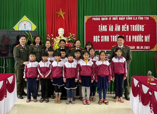 Công an tỉnh Thừa Thiên Huế tặng áo ấm cho học sinh nghèo - Ảnh minh hoạ 2