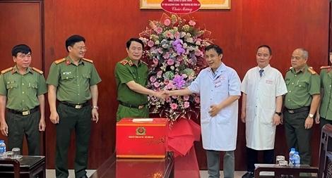 Thứ trưởng Lê Quốc Hùng chúc mừng Bệnh viện Trung ương Huế nhân Ngày Thầy thuốc Việt Nam