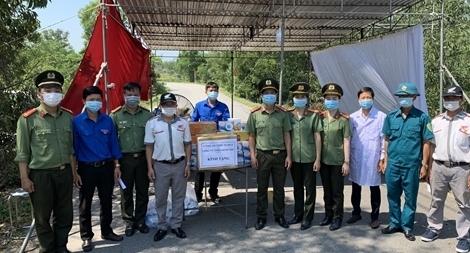 Công an Thừa Thiên Huế hỗ trợ lực lượng tuyến đầu chống dịch