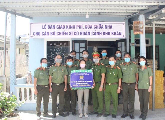 Hỗ trợ kinh phí sửa chữa nhà cho cán bộ cấp dưỡng Công an phường