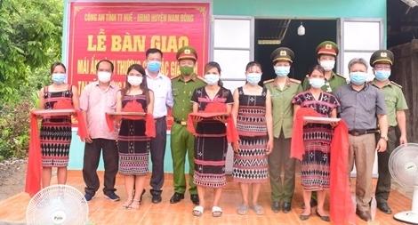 Công an Thừa Thiên Huế bàn giao mái ấm tình thương cho các hộ nghèo