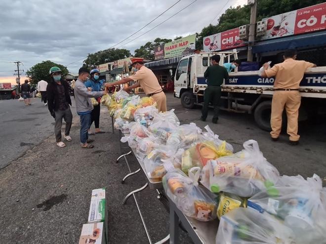 Công an Thừa Thiên Huế giúp đỡ người dân từ vùng dịch trở về