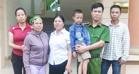 Thượng úy Ngô Quang Nam cứu sống cháu bé dưới dòng lũ