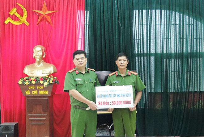 Trao 100 triệu đồng hỗ trợ xây nhà cho cán bộ Công an Cao Bằng