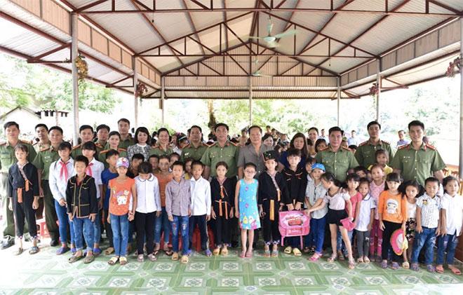 Cán bộ Cảnh vệ tình nguyện chia sẻ khó khăn với bà con vùng lũ - Ảnh minh hoạ 2