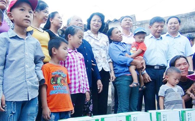Phó Chủ tịch nước thăm hỏi động viên người dân vùng bão