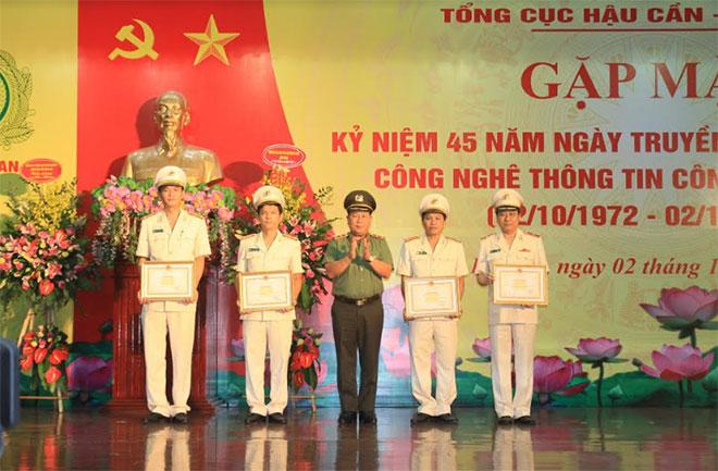 Thứ trưởng Bùi Văn Thành trao Bằng khen của Bộ Công an cho các tập thể và cá nhân có thành tích xuất sắc.