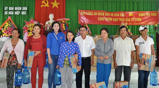 Báo CAND và Hoa hậu Đặng Thu Thảo tặng quà người dân vùng bão lũ Phú Yên, Khánh Hòa - Ảnh minh hoạ 4