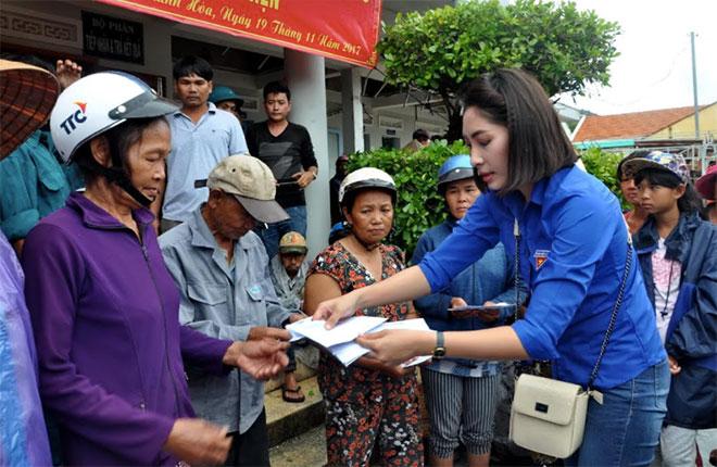 Báo CAND và Hoa hậu Đặng Thu Thảo tặng quà người dân vùng bão lũ Phú Yên, Khánh Hòa - Ảnh minh hoạ 2