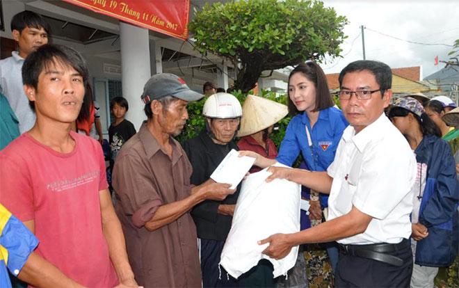 Báo CAND và Hoa hậu Đặng Thu Thảo tặng quà người dân vùng bão lũ Phú Yên, Khánh Hòa - Ảnh minh hoạ 3