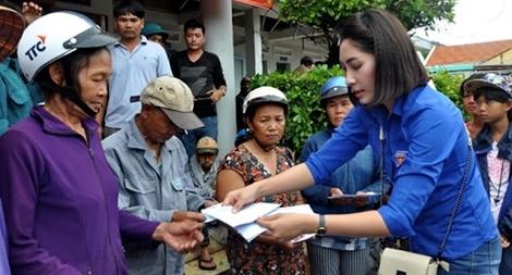 Báo CAND và Hoa hậu Đặng Thu Thảo tặng quà người dân vùng bão lũ Phú Yên, Khánh Hòa