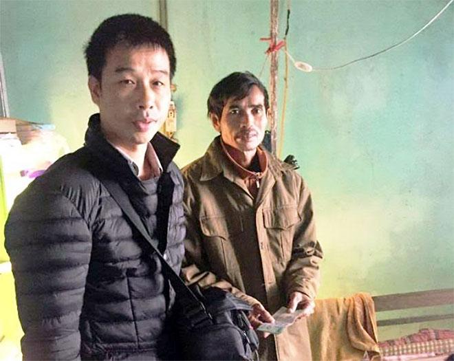 Trao tiền hỗ trợ bé 9 năm chăm mẹ ở Hà Tĩnh