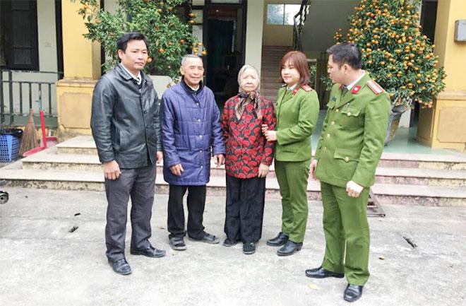 Công an TP Phủ Lý đưa cụ bà 77 tuổi đi lạc trở về nhà