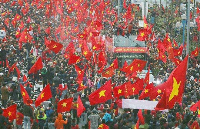 Người hâm mộ hân hoan chào đón đội bóng trẻ U23 Việt Nam.