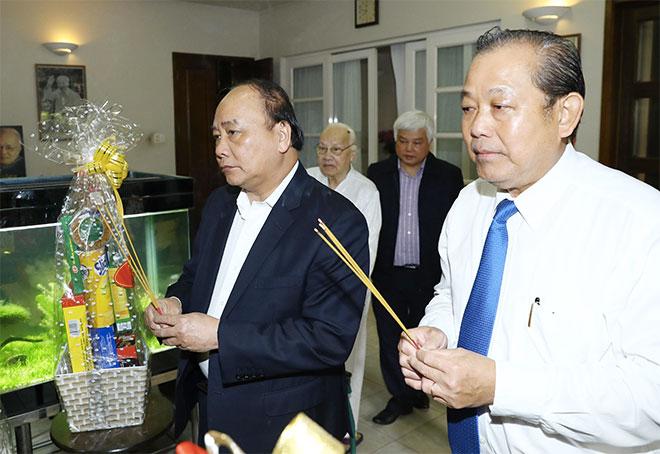 Thủ tướng Nguyễn Xuân Phúc và Phó Thủ tướng Trương Hòa Bìnhdâng hương Tổng Bí thư Nguyễn Văn Linh - Ảnh: TTXVN