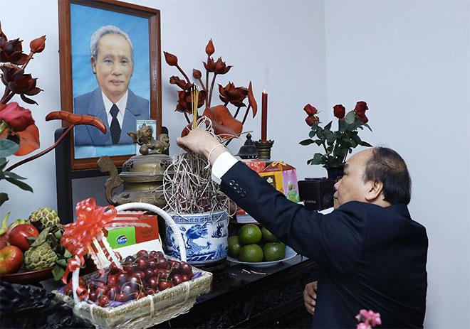 Thủ tướng Nguyễn Xuân Phúcdâng hương tưởng nhớ Thủ tướng Phạm Văn Đồng - Ảnh: TTXVN