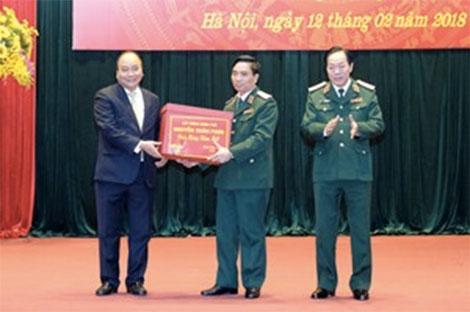 Thủ tướng Nguyễn Xuân Phúc tặng quà cán bộ, chiến sĩ Bộ Tư lệnh Thủ đô Hà Nội nhân dịp năm mới - Ảnh: VGP/Quang Hiếu