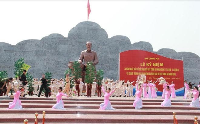Tưng bừng ngày hội trên Khu lưu niệm Sáu điều Bác Hồ dạy CAND