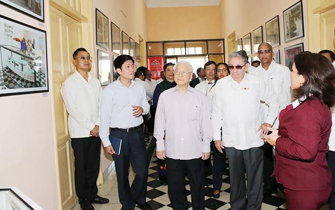 """Tổng Bí thư Nguyễn Phú Trọng thăm Bảo tàng lịch sử """"26 tháng 7"""" tại thành phố Santiago de Cuba. Ảnh: TTXVN"""