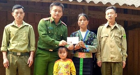 Trao tiền cho 3 gia đình nạn nhân trong vụ 9 người chết đuối trên sông Hồng
