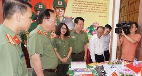 """Triển lãm sách """"Chủ tịch Hồ Chí Minh với Công an nhân dân"""""""
