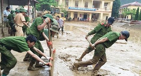 Gần 1.000 CBCS Công an giúp dân khắc phục hậu quả cơn bão Sơn Tinh