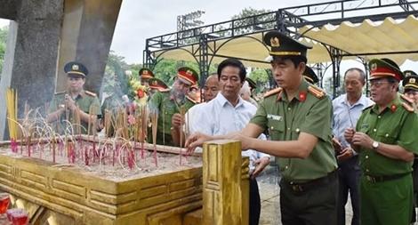 Đoàn đại biểu Công an tỉnh Ninh Bình về nguồn tại tỉnh Quảng Trị1