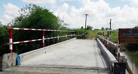 Góp tiền xây cầu tặng người dân vùng khó khăn