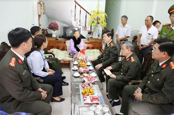 Thứ trưởng Nguyễn Văn Sơn tặng quà cho gia đình chính sách tại Quảng Ninh - Ảnh minh hoạ 2