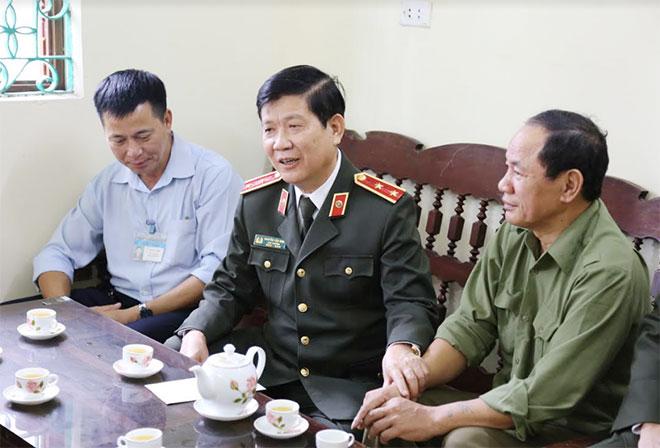 Thứ trưởng Nguyễn Văn Sơn tặng quà cho gia đình chính sách tại Quảng Ninh