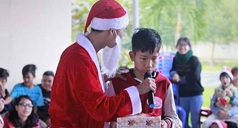 """Nỗi niềm """"ông già Noel"""" quyên góp giúp trẻ em bất hạnh"""