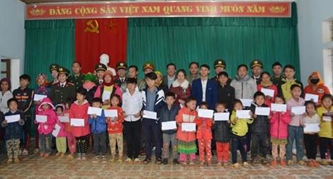 Trao 162 suất quà cho học sinh nghèo tại Nghệ An