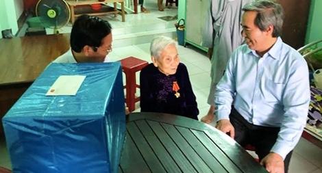 Trưởng Ban Kinh tế Trung ương thăm và tặng quà tại tỉnh Quảng Ngãi