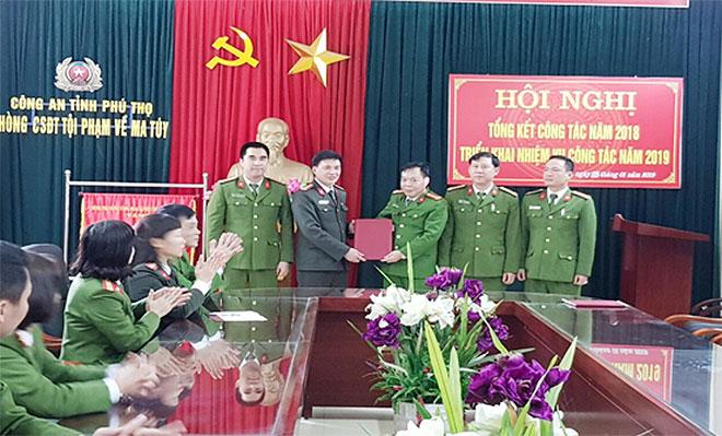 Giám đốc Công an tỉnh Phú Thọ khen thưởng cán bộ, chiến sỹ Phòng CSĐT tội phạm về m.a t.úy Công an tỉnh Phú Thọ.