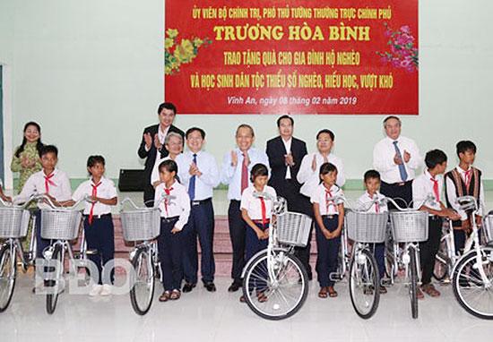 Phó Thủ tướng Thường trực Trương Hòa Bình tặng quà học sinh nghèo vượt khó tỉnh Bình Định