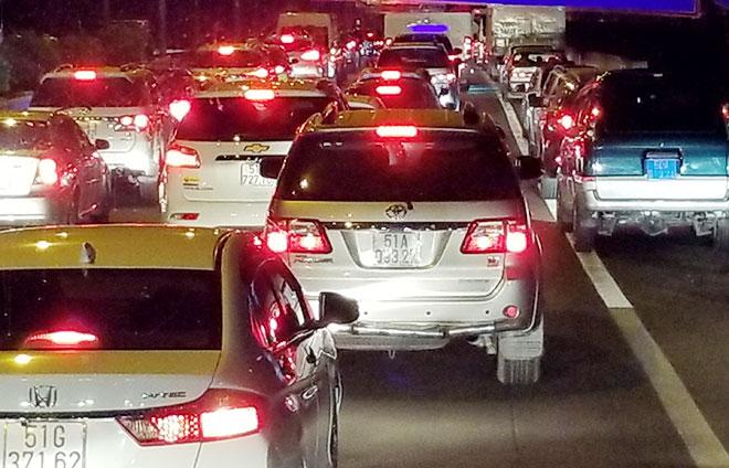 Một vụ kẹt xe trên tuyến cao tốc TP Hồ Chí Minh - Long Thành - Dầu Giây trong đêm do phương tiện gây tai nạn trên cầu Long Thành.