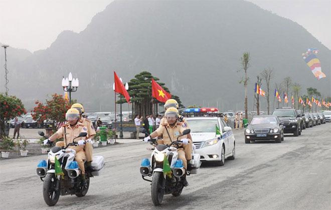 Tổ công tác Phòng CSGT Hà Nam tổ chức phân luồng, hướng dẫn giao thông chống ùn tắc trước cổng Hội trường Trung tâm Văn hóa Phật giáo Tam Chúc.