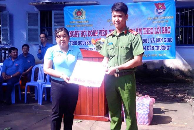 Tuổi trẻ Công an Sóc Trăng tặng quà cho học sinh vùng căn cứ kháng chiến