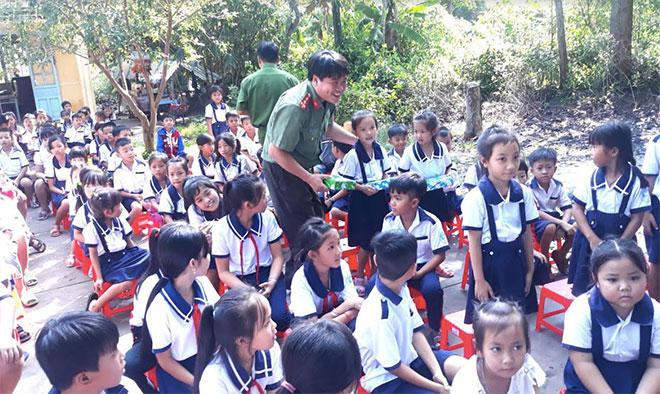 Tuổi trẻ Công an Sóc Trăng tặng quà cho học sinh vùng căn cứ kháng chiến - Ảnh minh hoạ 3