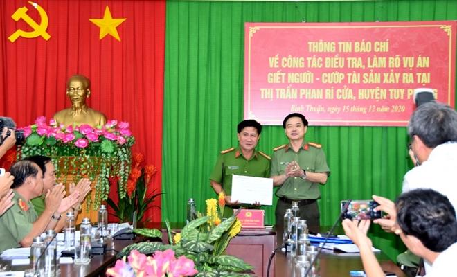Khen thương tập thể phá vụ án giết người cướp tài sản ở Bình Thuận