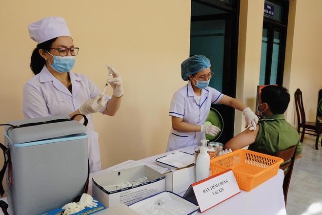 Tiêm vaccine COVID-19 cho cán bộ chến sĩ Công an tỉnh Bình Thuận
